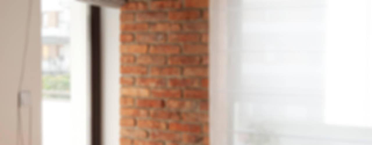 Cegła w mieszkaniu Nowoczesne okna i drzwi od Za murami za dachami Nowoczesny