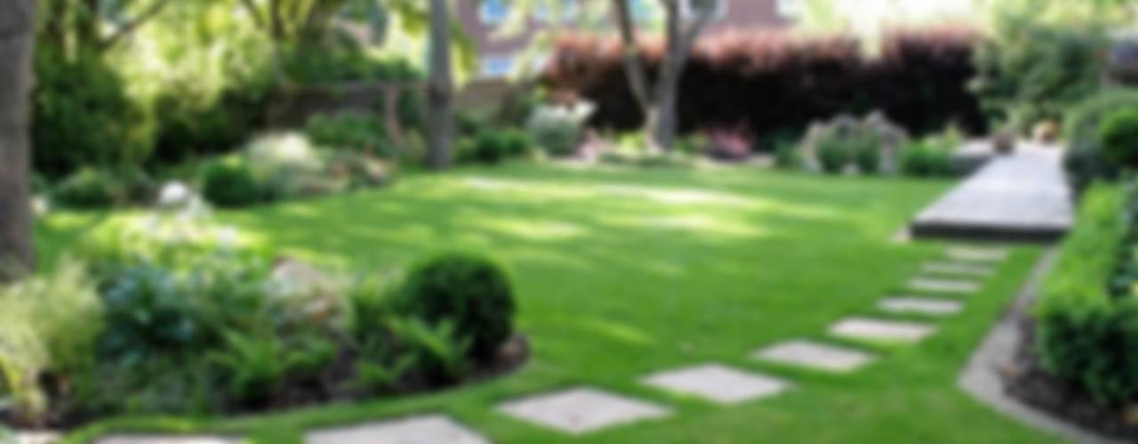 Shady family garden Jardins modernos por Louise Yates Garden Design Moderno