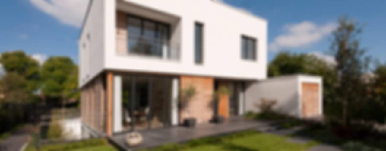 Дома в . Автор – paul seuntjens architectuur en interieur, Модерн