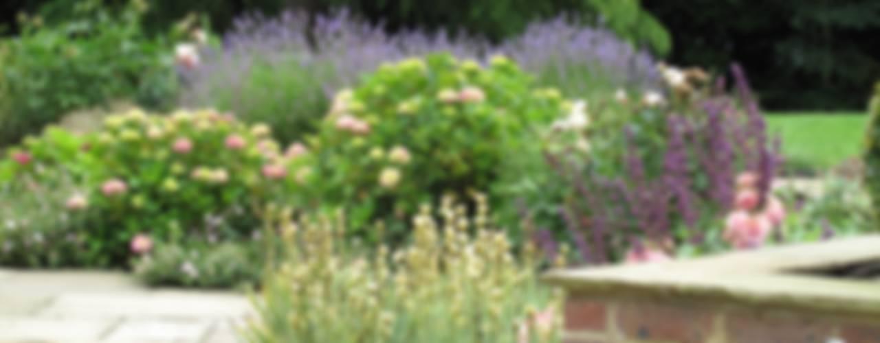 Country Family Garden With Oriental Water Garden Jardines de estilo rural de Cherry Mills Garden Design Rural