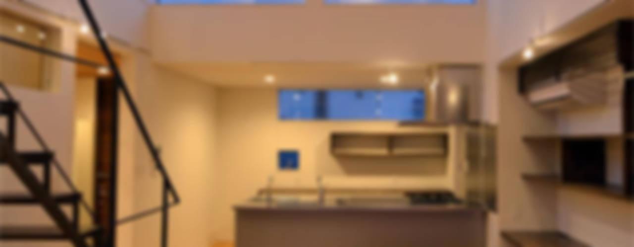 Modern kitchen by トミオカアーキテクトオフィス Modern