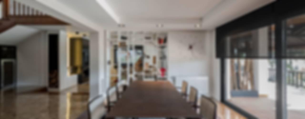 Restauración de una villa de los años 70. Comedores de estilo moderno de Laura Yerpes Estudio de Interiorismo Moderno