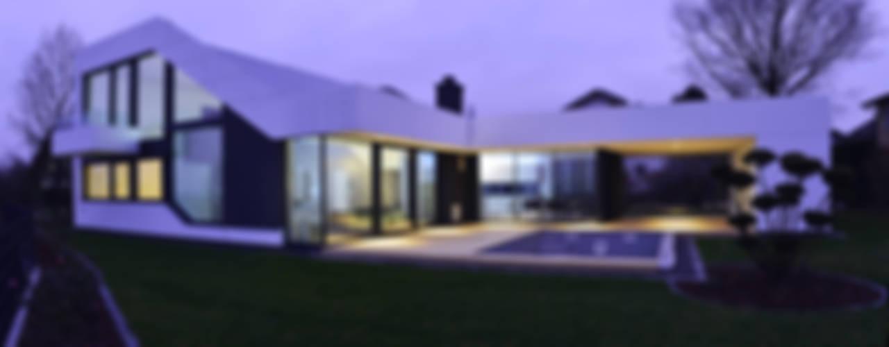 Case moderne di Architekt Adrian Tscherteu Moderno