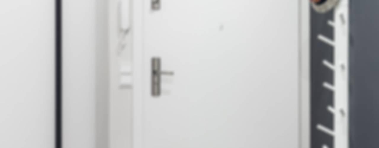 Wnętrze z Banksym Skandynawski korytarz, przedpokój i schody od Studio Potorska Skandynawski
