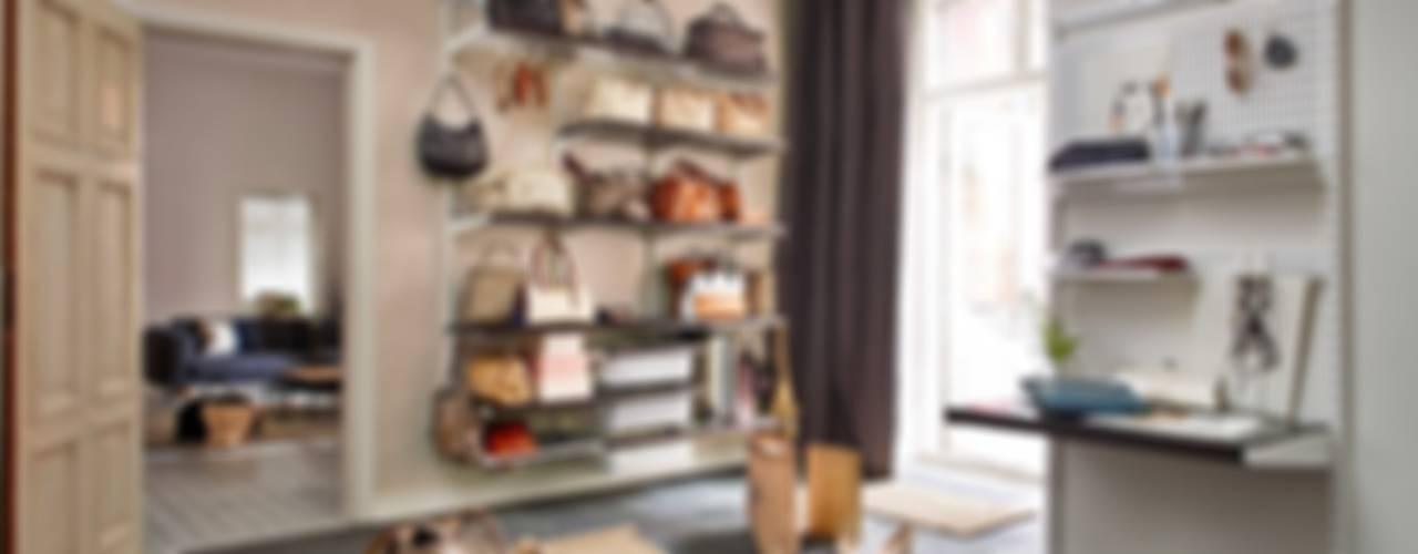 Pasillos y recibidores de estilo  por Elfa Deutschland GmbH