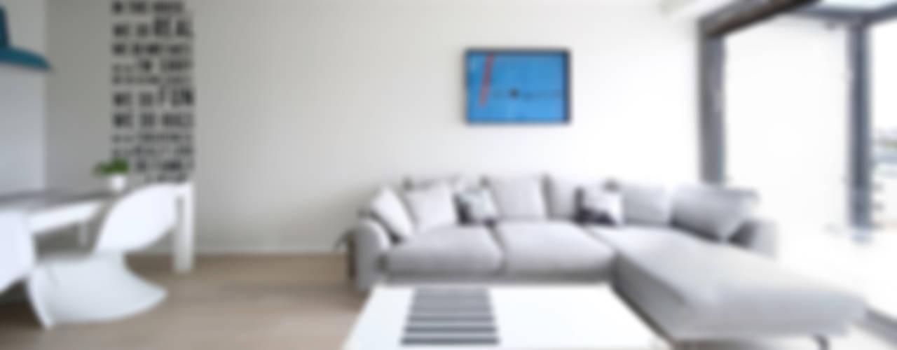MODERN ONE Skandynawski salon od SUMA Architektów Skandynawski