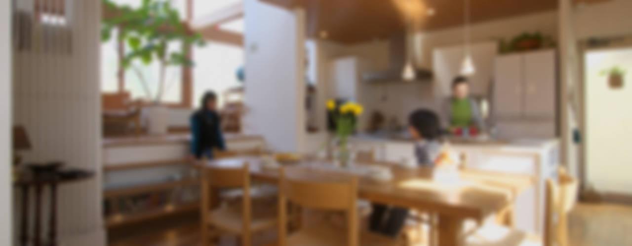 Столовая комната в скандинавском стиле от 長浜信幸建築設計事務所 Скандинавский