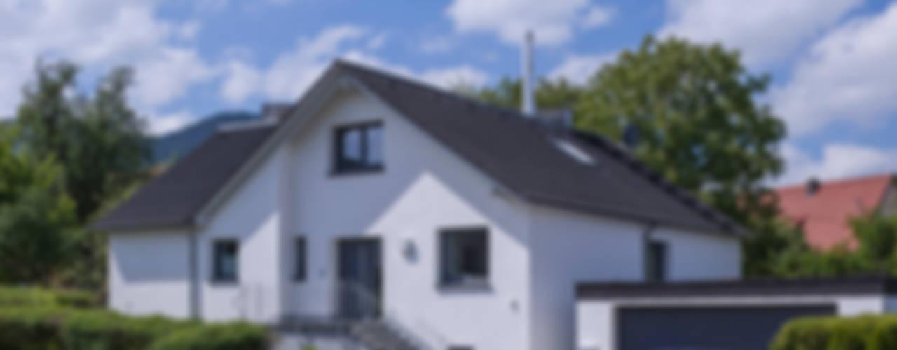 Ein ungewöhnlicher Umbau für zwei Familien Klassische Häuser von KitzlingerHaus GmbH & Co. KG Klassisch