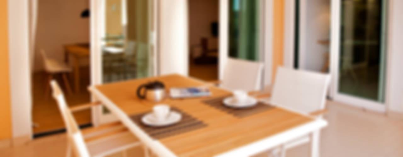 Riviera Apartment Staging Factory Varandas, marquises e terraços modernos
