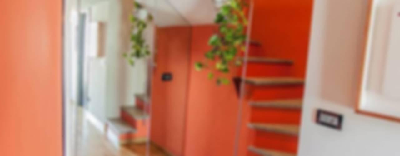 Pasillos y vestíbulos de estilo  por UAU un'architettura unica
