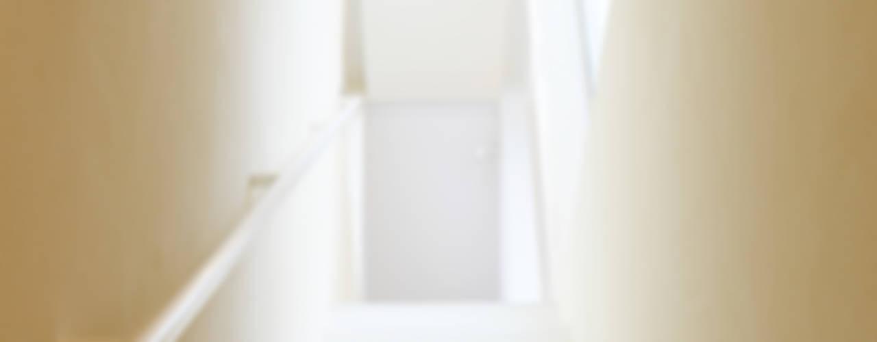 SLIDE HOUSE Pasillos, vestíbulos y escaleras de estilo moderno de LEVEL Architects Moderno