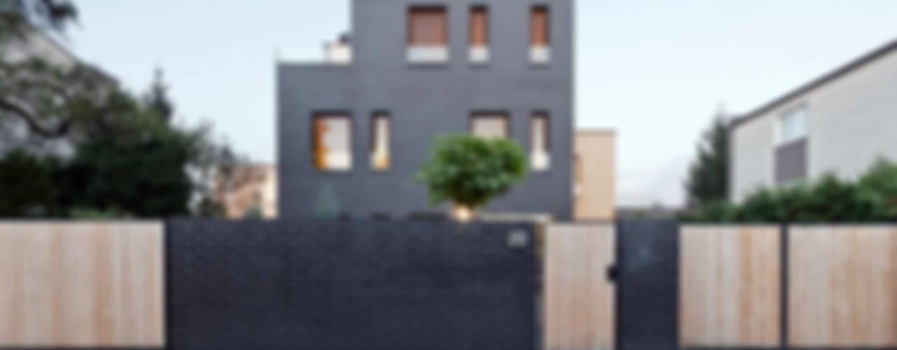 Dom jednorodzinny z czarnej cegły, Poznan, Polska: styl , w kategorii Domy zaprojektowany przez Easst.com,Minimalistyczny