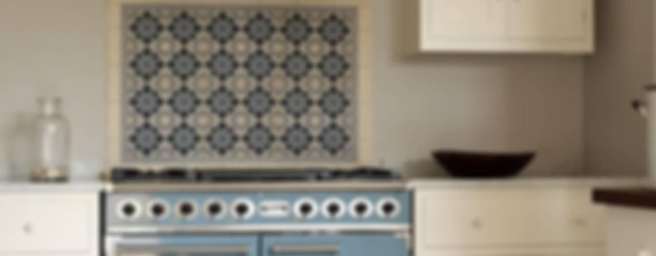 Umbrian Limestone Modern kitchen by Floors of Stone Ltd Modern