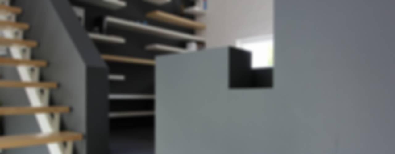 Woonhuis Breda:  Studeerkamer/kantoor door Leonardus interieurarchitect,