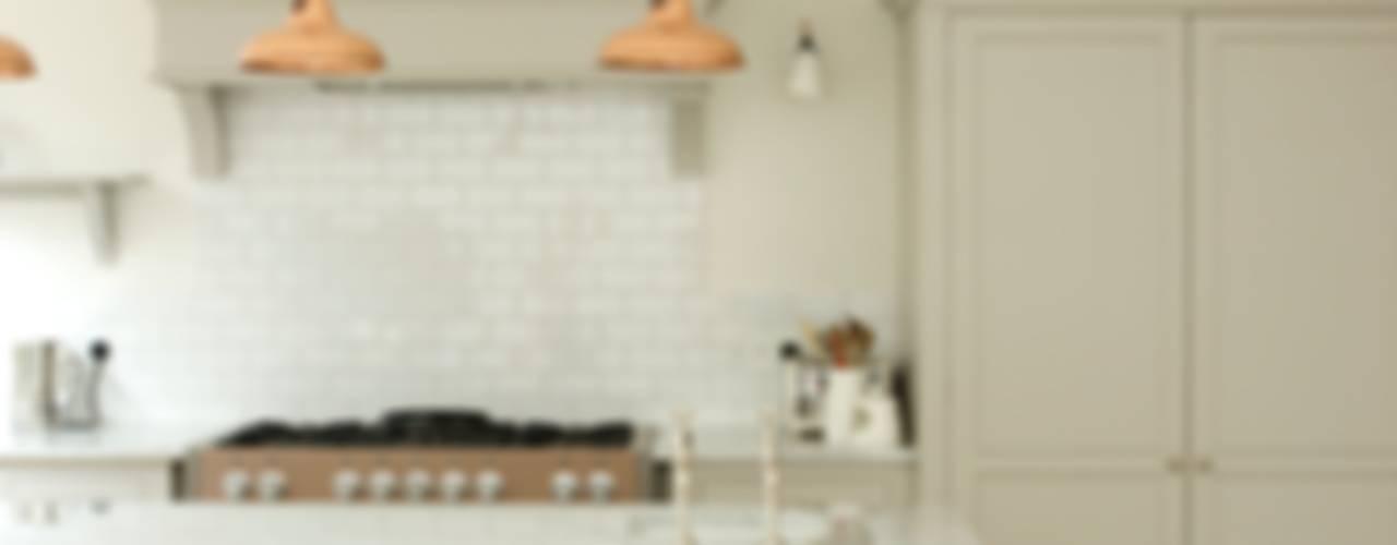 The Clapham Classic English Kitchen by deVOL Country style kitchen by deVOL Kitchens Country