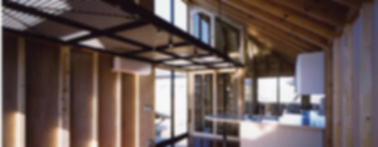 狭小ローコスト住宅: スタジオ4設計が手掛けたリビングです。