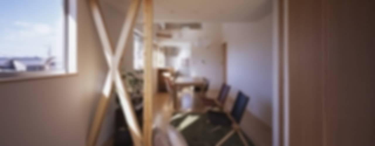 坂の南の家 モダンデザインの リビング の 有限会社アルキプラス建築事務所 モダン