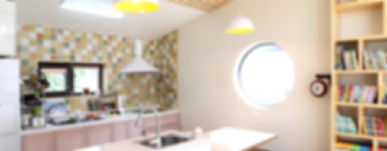 도심형 컴팩트하우스 - 단독주택의 새로운 접근법: 주택설계전문 디자인그룹 홈스타일토토의  주방,