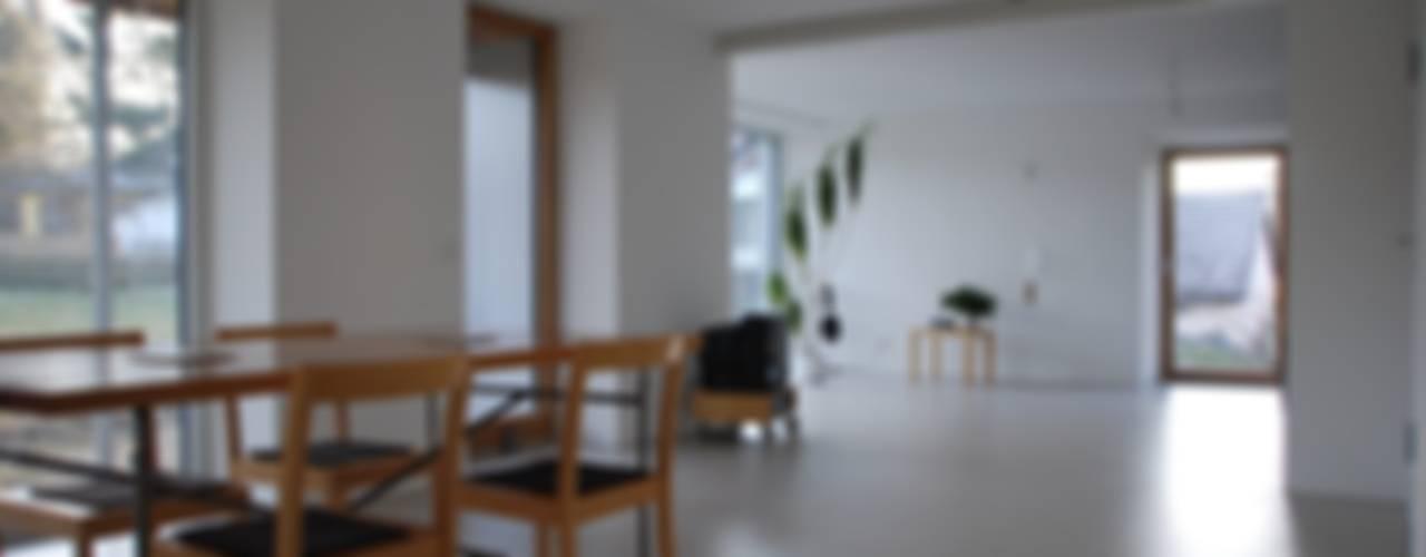 Neuer Ess- Wohnraum mit bodentiefer Verglasung:  Wohnzimmer von architektur plan b