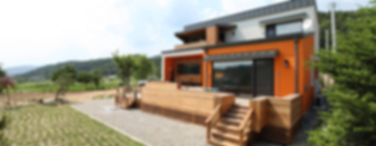 스킵플로어 모던풍의 목조주택: 주택설계전문 디자인그룹 홈스타일토토의  주택