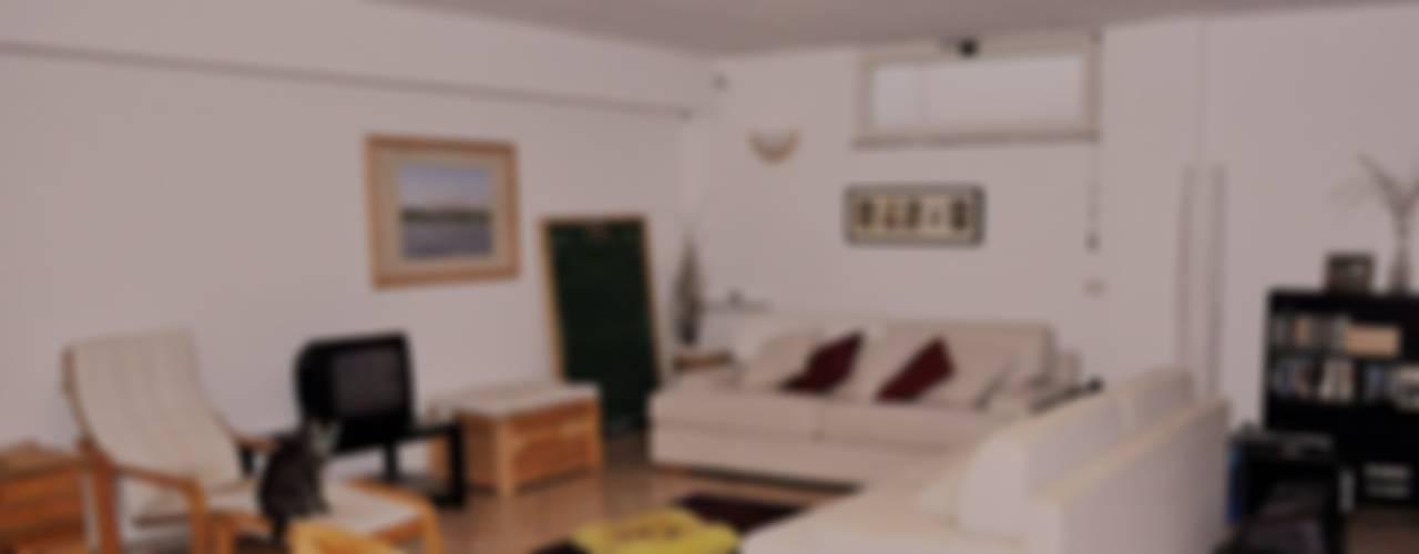 Home relooking: intervento su una sala hobby Soggiorno moderno di LET'S HOME Moderno