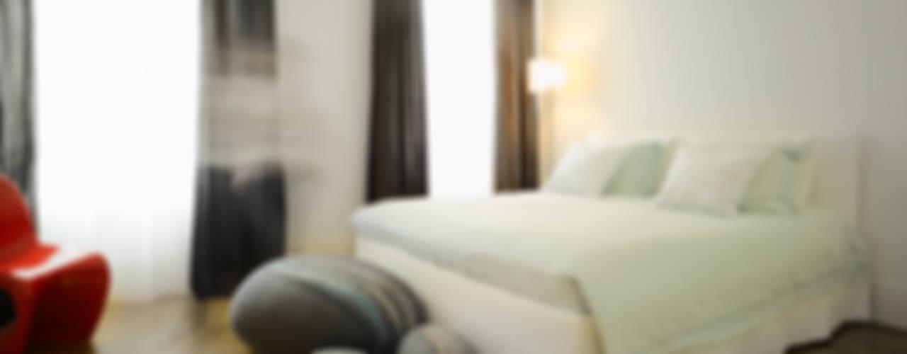 Dormitorios modernos: Ideas, imágenes y decoración de Yeh Design Moderno