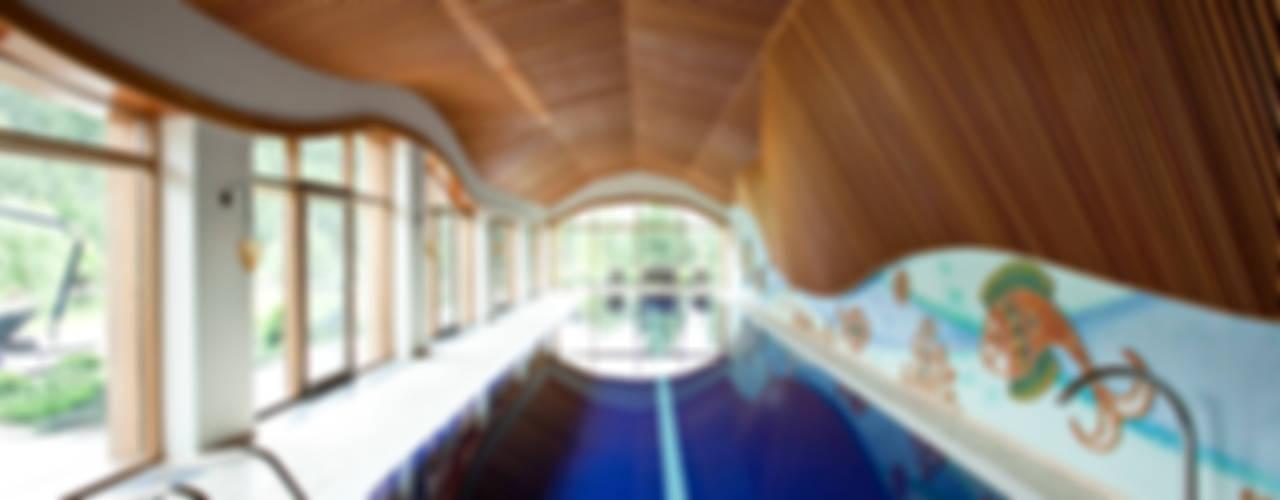 Дом с бассейном в Подмосковье:  в . Автор – SAVAS,