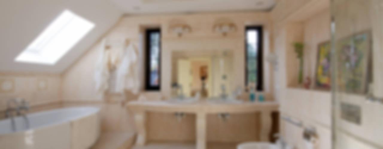 Слоновая кость и сливки Ванная в классическом стиле от D&T Architects Классический