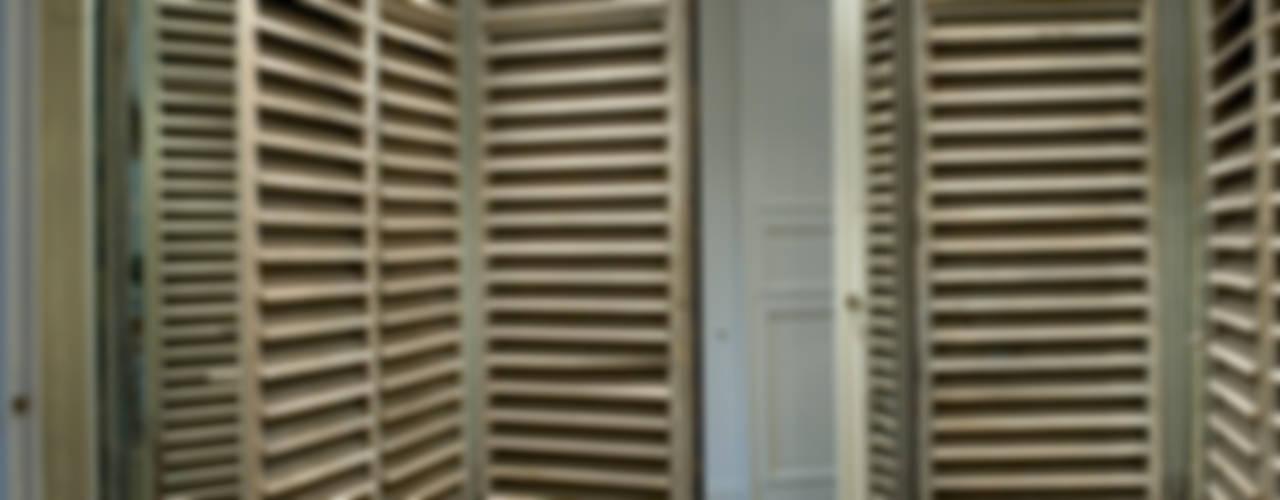 Renovatie en verbouwing woonhuis te Amsterdam:  Kleedkamer door Kodde Architecten bna,