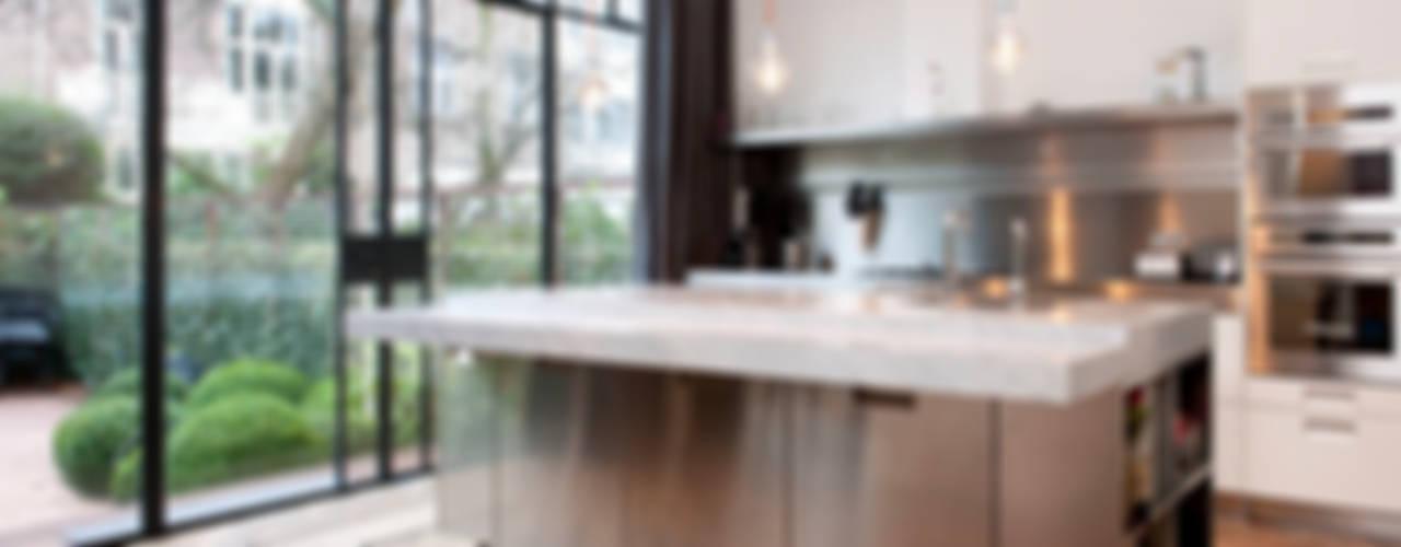 Herenpand met originele uitstraling:  Keuken door Kodde Architecten bna, Modern