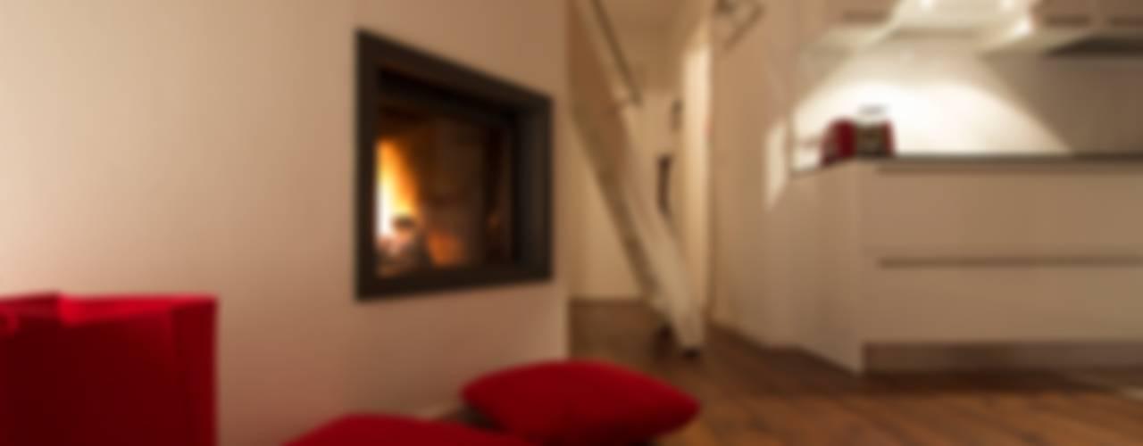casa DRV Soggiorno moderno di medeaa Marchetti e De Luca Architetti Associati Moderno