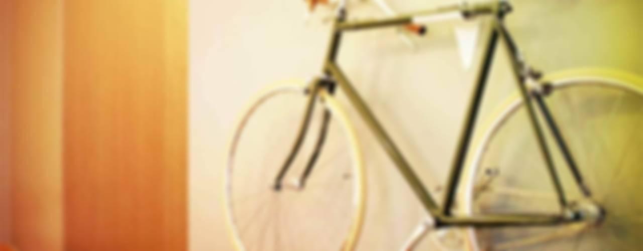 FlipCrown: een plaatsbesparende fietsoplossing: modern  door Deltareference, Modern