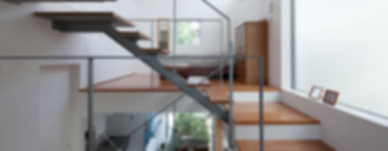 小さくて広い家 モダンスタイルの 玄関&廊下&階段 の Studio R1 Architects Office モダン
