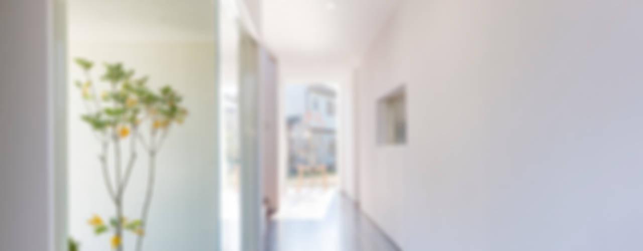 Pasillos, vestíbulos y escaleras modernos de 株式会社細川建築デザイン Moderno
