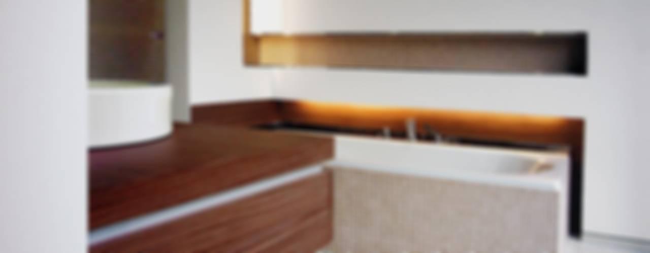wohnhaus mit torhaus, soltau:  Badezimmer von Peter Olbert Architekt