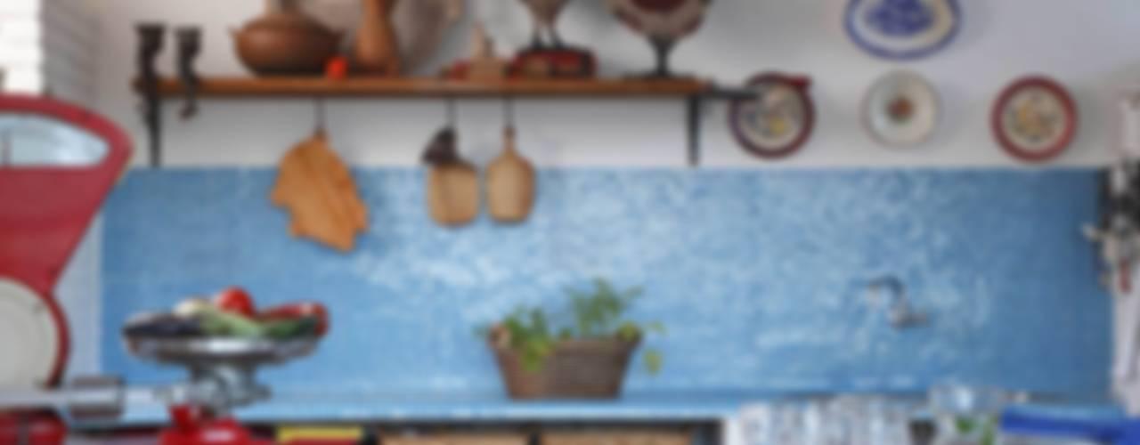 Cocinas de estilo mediterráneo de AMMA PROJETOS Mediterráneo