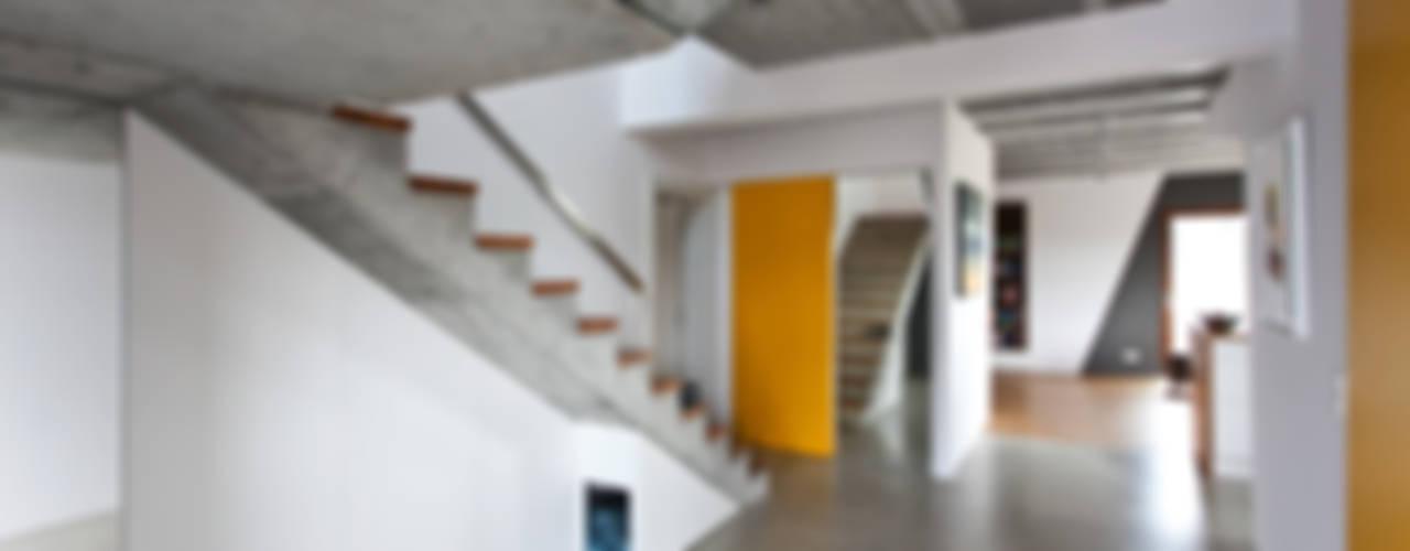 Beam & Block House: styl , w kategorii Korytarz, przedpokój zaprojektowany przez mode:lina™,Nowoczesny