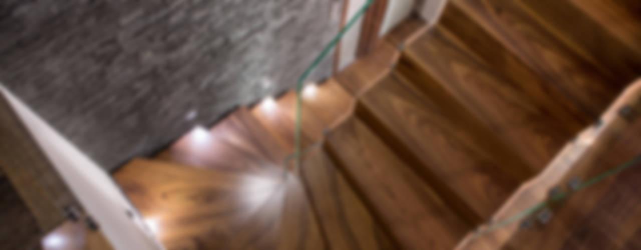 NOWOCZESNE SCHODY DYWANOWE Z SZKLANĄ BALUSTRADĄ od BRODA schody-dywanowe Nowoczesny