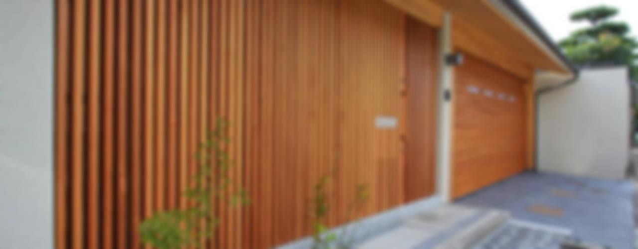 books and gardens: アーキシップス古前建築設計事務所が手掛けた家です。,モダン