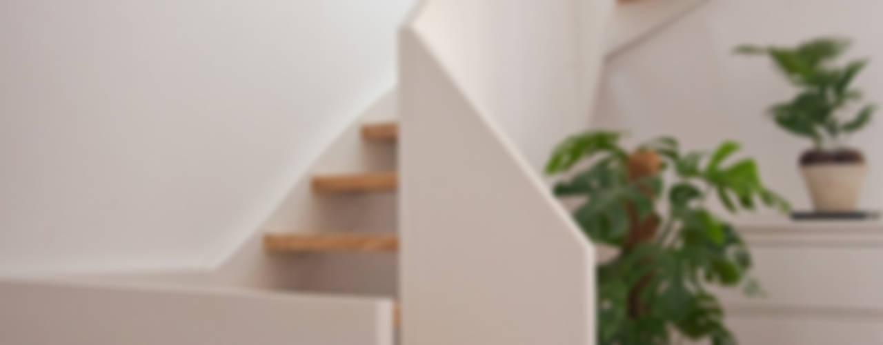 Scheune wird Wohnhaus ahoch4 Architekten Moderner Flur, Diele & Treppenhaus
