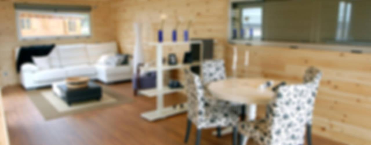 Sala da pranzo moderna di Casas Natura Moderno