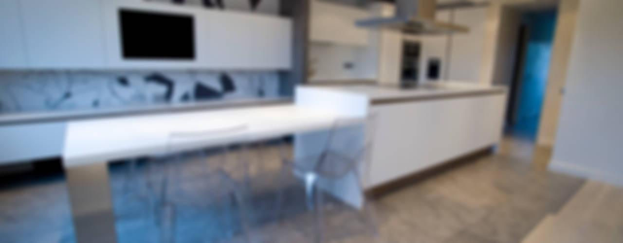 MICROCEMENTO TKROM Cocinas de estilo moderno de BADACOLOR S.L. Moderno