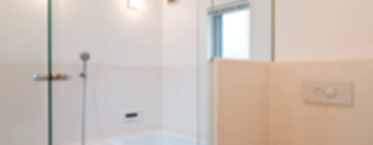 堀ノ内の住宅: 水石浩太建築設計室/ MIZUISHI Architect Atelierが手掛けた浴室です。,モダン