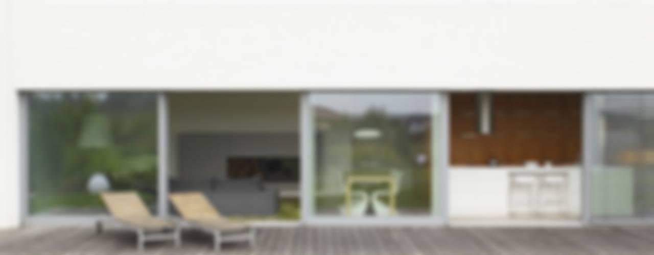 DOM JEDNORODZINNY LUS_1: styl , w kategorii Domy zaprojektowany przez PL.architekci,Minimalistyczny