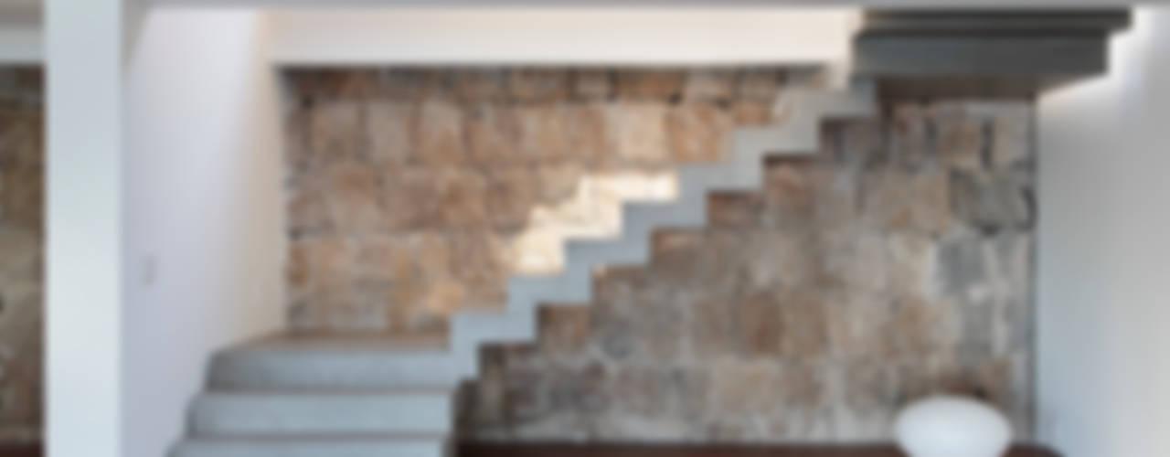 Pasillos, vestíbulos y escaleras modernos de House in Rio Moderno