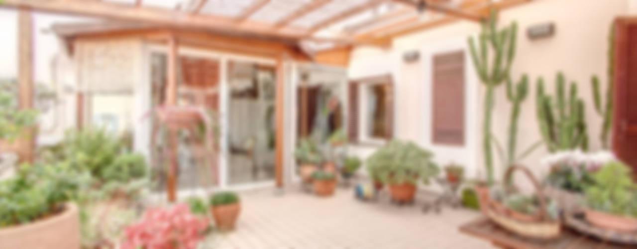 SUBURRA : Terrazza in stile  di MOB ARCHITECTS
