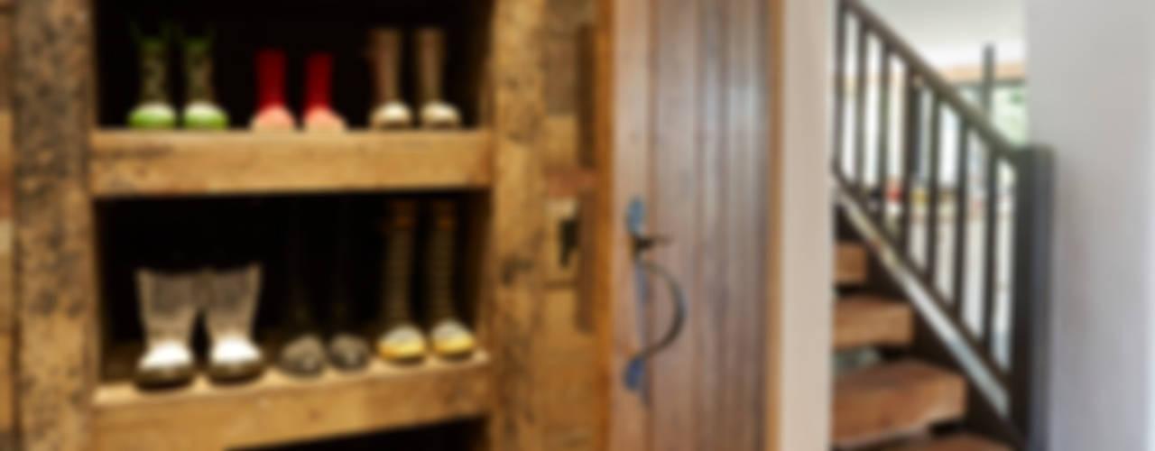 Wren Cottage Wiejski korytarz, przedpokój i schody od Hart Design and Construction Wiejski