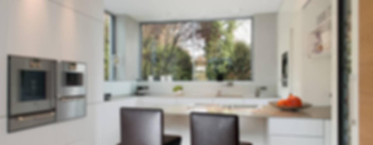 Immobilienfotografie Einfamilienhaus Moderne Küchen von Langmayer Immobilien & Home Staging Modern