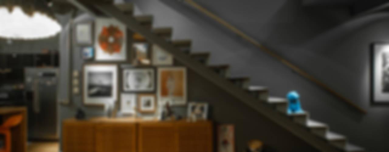 Pasillos, vestíbulos y escaleras de estilo industrial de PM Arquitetura Industrial