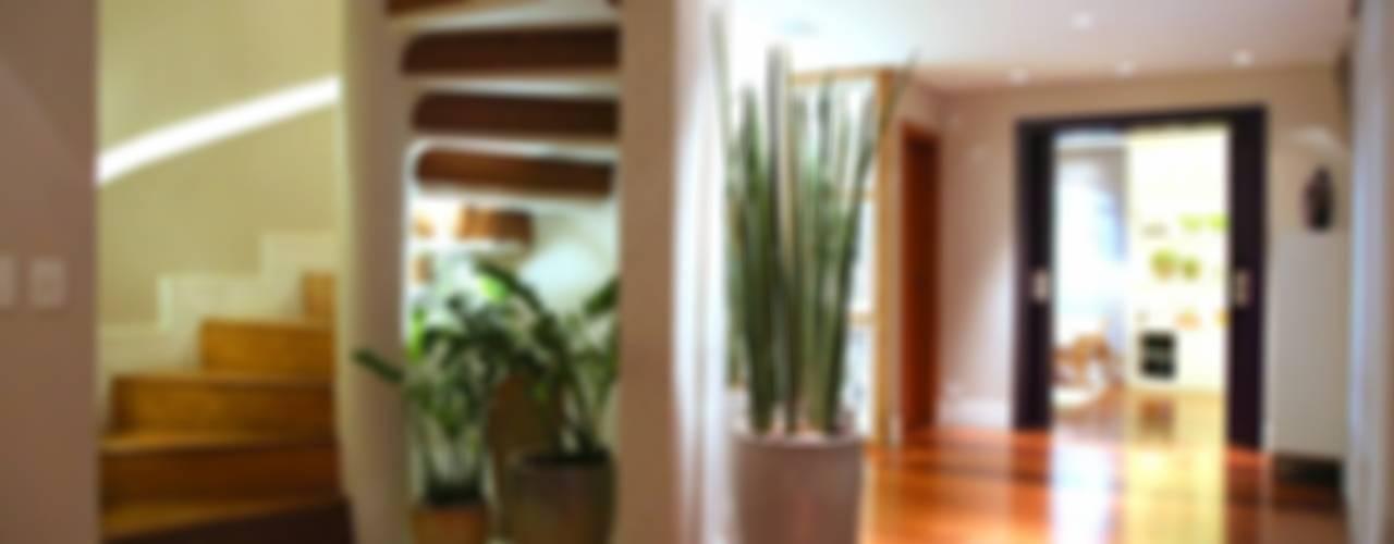 Pasillos, vestíbulos y escaleras modernos de MeyerCortez arquitetura & design Moderno